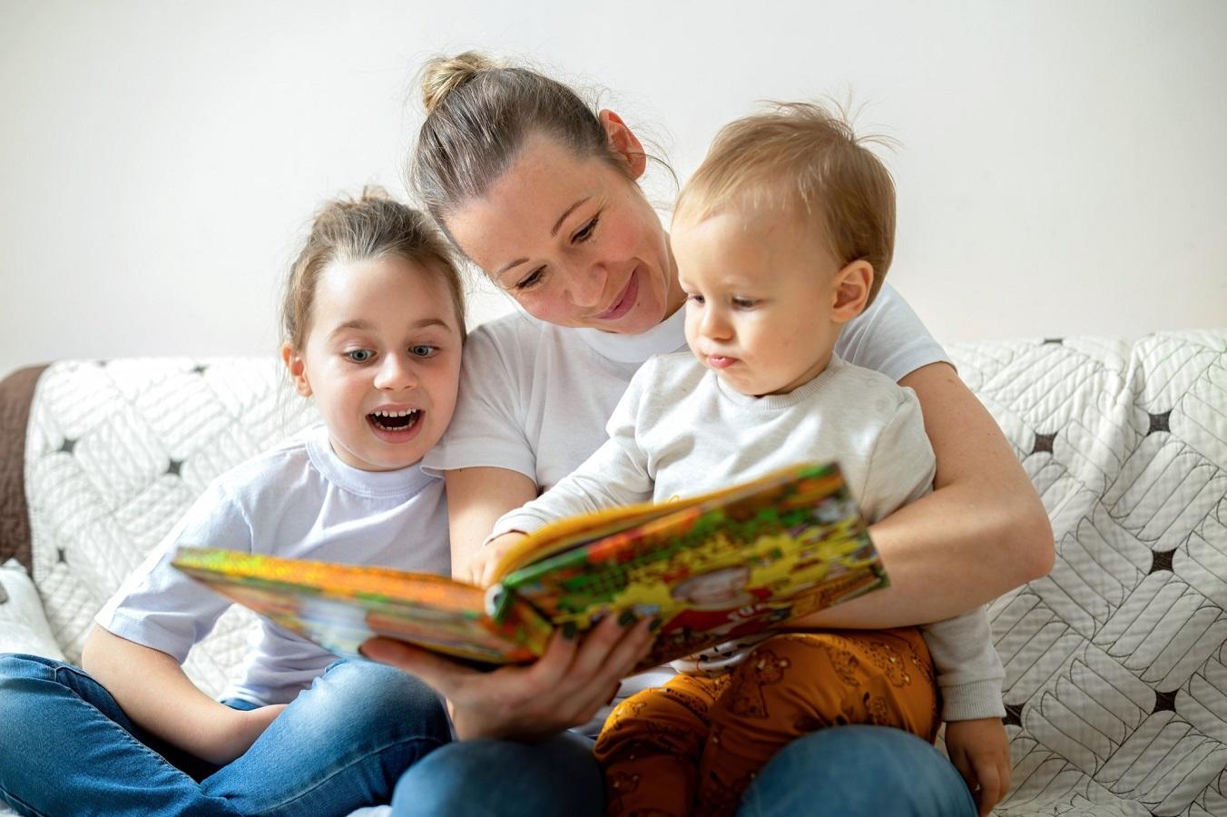 mamma legge ai due figli