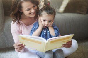 mamma legge libro con bambina